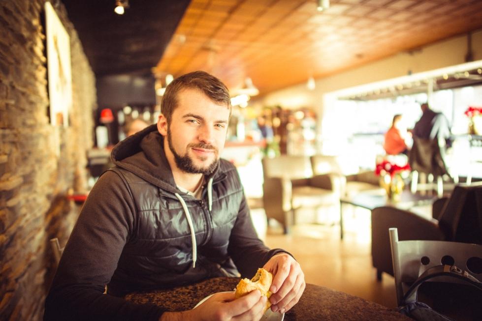 Hombre compartiendo comida en un bar