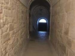 Pasaje del claustro románico al claustro nuevo del Monasterio de Silos