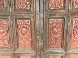 Puerta fotografiada en el Monasterio de Silos