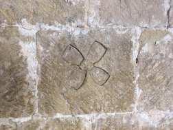Marca de un cantero para identificar la roca que ha tallado en el Monasterio de Silos